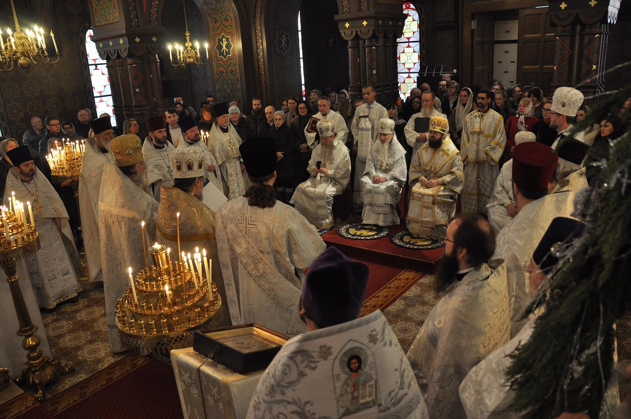 Le matin de la consécration du nouvel évêque Alexandre, nombreux étaient les membres du clergé et les fidèles rassemblés dans l'église russe de Genève autour des quatre évêques consécrateurs et du futur évêque (© 2019 Alex Romash).
