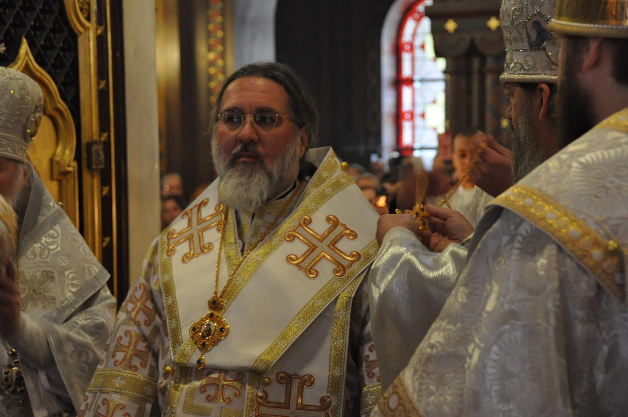 Suite de l'habillement du nouvel évêque Alexandre, toujours devant l'autel (© 2019 Alex Romash).