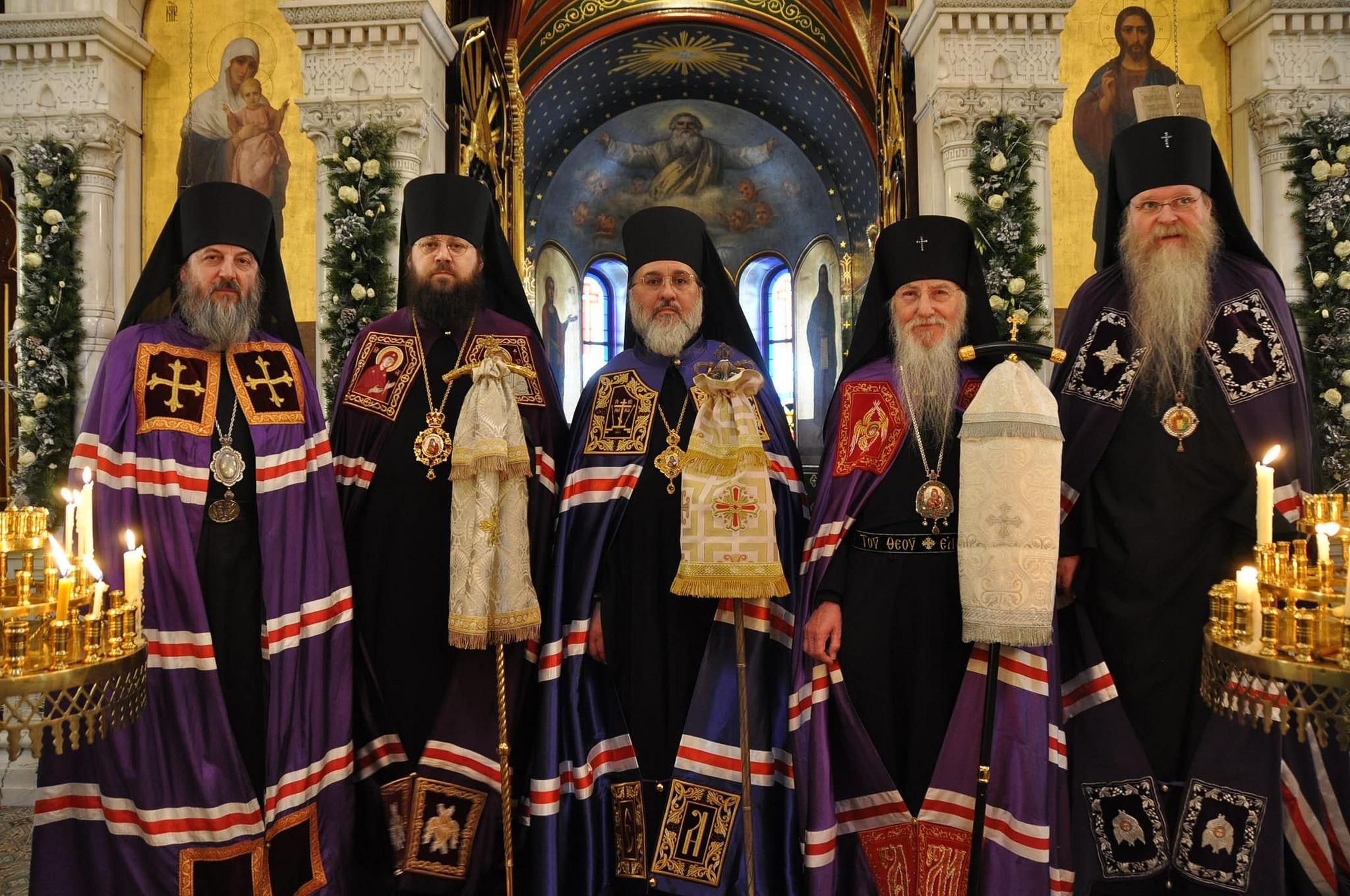 L'évêque Alexandre entouré des quatre évêques consécrateurs après la Divine Liturgie (© 2019 Alex Romash).